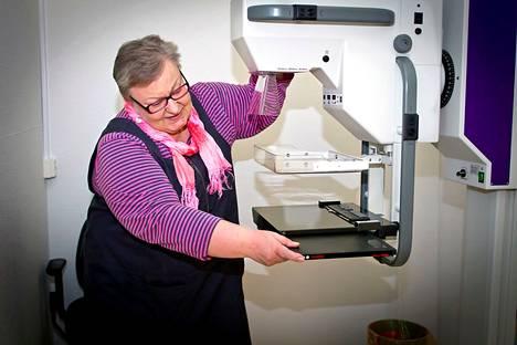 Mammografiaseulonnat ja kohdunkaulan syövän seulonnat ovat naisväestölle tuttuja. Mammografialaitetta valmisteltiin arkistokuvassa, joka on usean vuoden takaa.