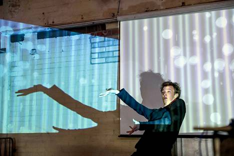 Arttu Soilumo esitti kulttuuripääkaupunkihankkeen avajaisissa demoversion tanssiteoksesta Virta. Teoksessa Soilumo ohjaa tanssillaan ääntä ja videota.