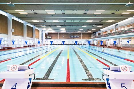 Tampereella aikuisten uimakouluihin on ollut hakijoita enemmän kuin on voitu ottaa. Koronaviruksen vuoksi toiminta on nyt tauolla.