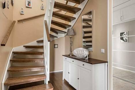 Yläkertaan vievät kierreportaat.