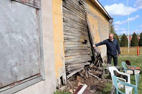 Kokemäen kierrätyskeskuksen piharakennus on jo niin huonossa kunnossa, ettei sen sisälle ole enää mitään asiaa. Rakennusinsinööri Jari Ruponen onkin listannut rakennuksen purettavien joukkoon.