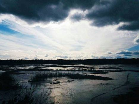 Jukka Maininki on ottanut näin dramaattisen maisemakuvan lintutornista maaliskuun lopussa.