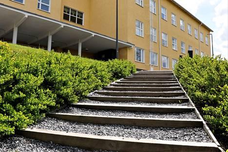 Tulkkilan koulun ja liikuntahallin välissä olevia portaita pidetään turvallisuusriskinä, joten ne on uusittava.