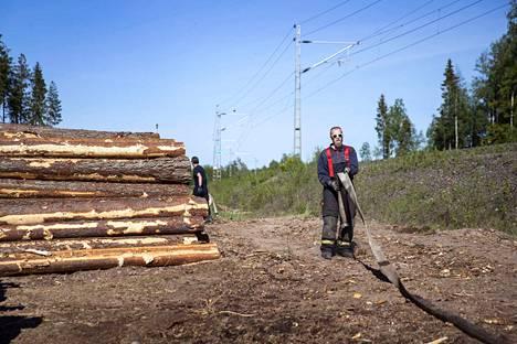 Arto Perttula oli tiistaina keräämässä muiden Kokemäen VPK:n sopimuspalokuntalaisten kanssa vesiletkuja maastopalopaikalta. Maastopalo levisi maanantaina Kokemäellä rautatien molemmille puolille.