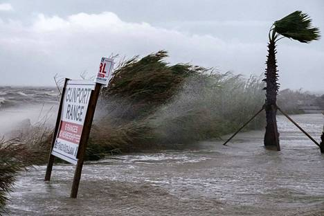 Vesi tulvi kaduille Alabaman satamassa keskiviikkona. Yhdysvaltojen kansallisen hurrikaanikeskuksen mukaan tulvat Alabamassa ja Floridassa ovat historiallisia ja katastrofaalisia.