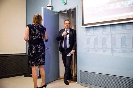 Elinkeinoministeri Mika Lintilä (kesk.) sanoi viime viikolla, että ely-keskukset menevät tukkoon, jos yksinyrittäjät ohjataan sinne. Siksi heidät ohjataan kuntien pakeille.