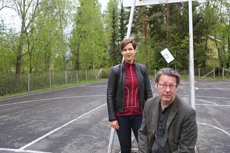 Liberaalipuolueen Eliisa Kuusama ja Eero Nevalainen kuvattiin Valkeakoskella Naakan koulun hiekkakentällä.
