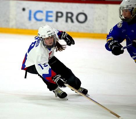 Vuonna 2001 syntynyt Mette Nurminen osoitti olevansa valmis pääsarjapeleihin NoU:n SM-kauden avausviikonloppuna. Kärkiottelussa EKS:ää vastaan hän teki kaksi maalia.