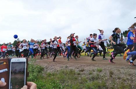 Venlojen viesti käynnistyi lauantaina iltapäivällä. Viestiin osallistui 1 960 ennakkoon ilmoittautunutta nelihenkistä Venla-joukkuetta.