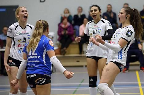LP-Vampulan Mila Viljanen (vasemmalla), libero Emilia Joensalo ja Iina Andrikopoulou (oikealla) pääsevät pelaamaan maajoukkueessa.