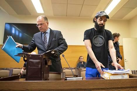 Varatuomari Jyrki Kangasniemi (vasemmalla) kertoi heti käräjäoikeuden murhatuomion antamisen jälkeen, että hänen asiakkaansa, Alaa Kadhim Mahdi Albu-Salih (oik.) aikoo valittaa hovioikeuteen.