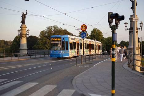 Laura Kunnaksen suunnittelemalla kuosilla verhoiltu ratikka kulkee parhaillaan Tukholmassa T-Centralenin ja Djurgårdenin väliä.