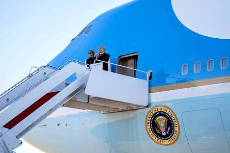 Donald Trump ja Melania Trump nousivat Air Force One -lentokoneeseen. Kello 16 Suomen aikaa kone nousi ilmaan ja lähti kohti Floridaa.