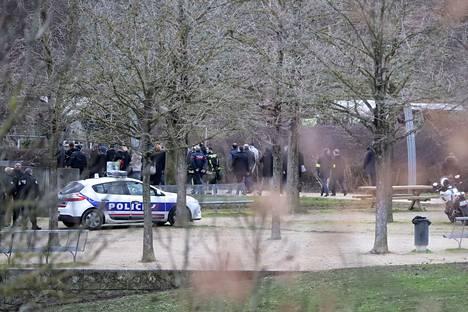 Poliisi on ampunut Pariisissa kuoliaaksi miehen, joka yritti puukottaa useita ihmisiä.