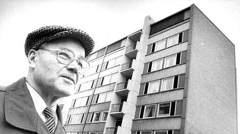 Kirjailija Kalle Päätalo kuvattuna Sammonkatu 39:n edessä Tampereella vuonna 1982. Päätalo toimi talon rakennusmestarina.