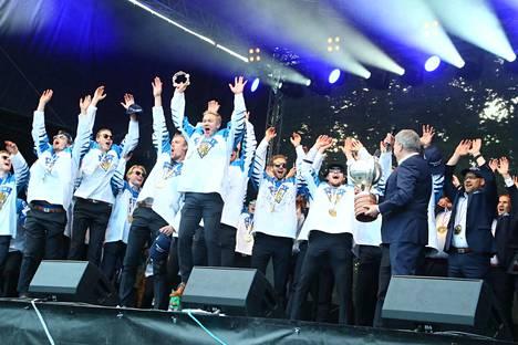 Presidentti Sauli Niinistö vieraili Leijonien kultajuhlissa ja ojensi joukkueelle Suomalaisen Työn Liiton avaimen.