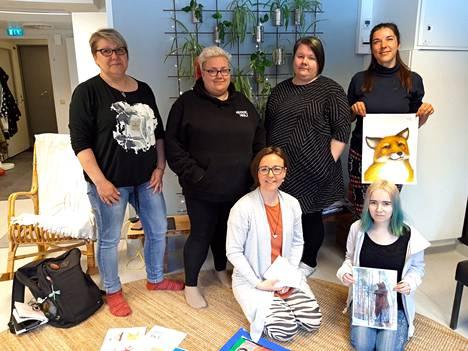 Nuorten pajan väkeä suunnittelemassa Keuruun museon näyttelyä: Takana seisomassa Arja Alapiha, Janita Manninen, Päivi Närvä ja Merja Astikainen. Lattialla Tiina Savolainen sekä Taija Ventola.