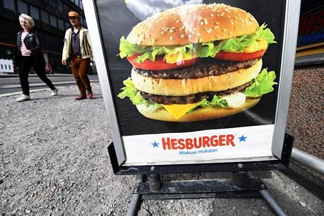 Pikaruokaketju Hesburger aikoo ryhtyä useisiin toimenpiteisiin työolojensa korjaamiseksi. Hesburgerin hampurilaisravintola kuvattiin Hakaniemi Helsingissä 7. toukokuuta 2020.