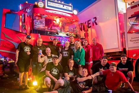 Pienestä asti rekkoja ihaillut mänttäläissyntyinen Aleksi Pohja (keskellä edessä) on Himos Truck Show -pääjärjestäjiä. Taustalla Pohjan tuunaama oma työajokki.