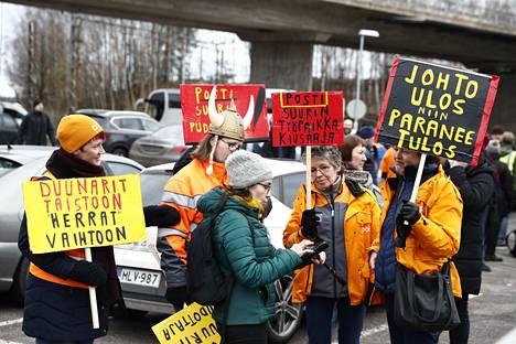 Postilaisten mielenosoitukseen oli askarreltu paljon kylttejä, joiden viestit olivat kovia.