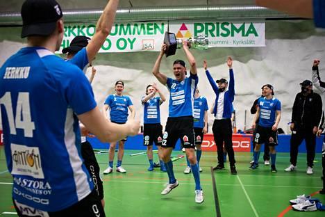 Divarin mestaruuskannu nousi Karhujen pelaajien käsivarsille lauantaina Kirkkonummen väestönsuojassa.
