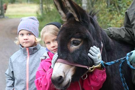 Olivia sai halit Lumi-Adele Ojamolta, hänenvieressään Aada Laaksonen.