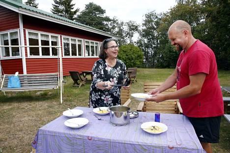 Kunnon aineksista tehty siikasoppa maistuu taivaalliselta. Keittopuuhissa myös tänä sunnuntaina toimiva Sanna Männistö tarjoaa keittoa Mika Elgille.