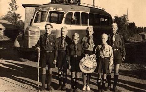 Partiolaiset Erkki Hakasalo, Jukka Uusitalo, Veijo Vuorisalo, Esa Hurtola, Veikko Hakasalo ja Heikki Vainio lähtevät Vierumäen Suurleirille vuonna 1948.