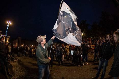 Samppa Astikainen oli napannut Mörkä-lakanan poikansa sängystä ja tehnyt siitä lipun.
