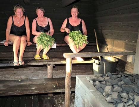 Pirkko Klen, Sisko Valta ja Pirkko Säynätmäki tulivat saunomaan Muuramesta ja Korpilahdelta.