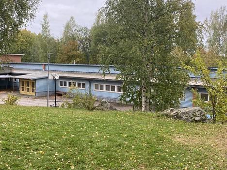Mouhijärven yhteiskoulu koostuu monella eri vuosikymmenellä rakennetuista osista. Kuvassa näkyvässä vanhassa osassa on yläkoululuokkia, jotka ovat vielä käytössä niissä olevien puhdistimien avulla.
