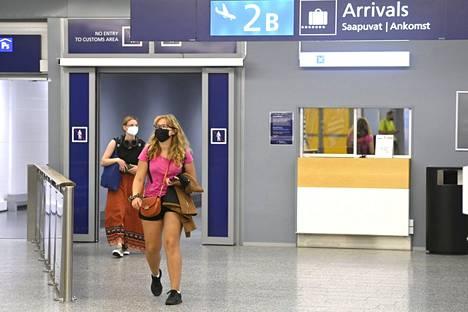 Saapuvien lentomatkustajien aula Helsinki-Vantaan lentoasemalla Vantaalla 15. heinäkuuta 2021. Suomi avaa rajansa matkailijoille ensi viikolla.