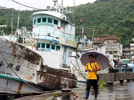 Kalastusalukset pysyivät maanantaina satamassa Taiwanin Yilanin maakunnassa. Maan sääviranomaiset antoivat varoituksen maata nopeasti lähestyvästä voimakkaasta hirmumyrskystä.