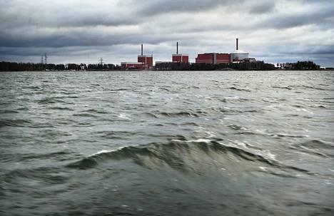 Suomessa ydinvoimalat rakennetaan meren rantaan, koska merivettä käytetään voimaloiden tuottaman vesihöyryn lauhduttamiseen takaisin nestemäiseksi vedeksi. Olkiluodon ydinvoimala vuonna 2017.