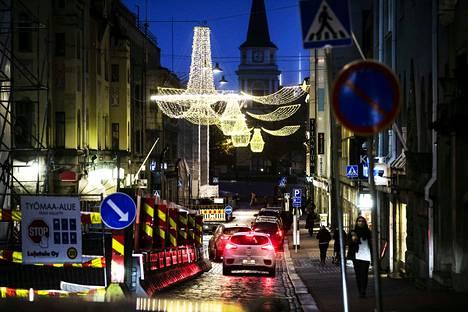 Valoviikot tuo kruunut koko Kauppakadulle. Todennäköisesti ihan koko katu ei ole saanut kruunuja vielä perjantaina.
