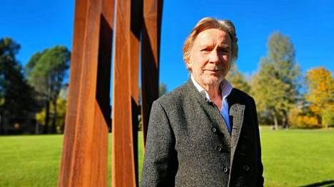 Ranskalaissyntyinen Bernar Venet on tehnyt korroosion kestävästä corten-teräksestä valmistetun veistoksen varta vasten Serlachius-museo Göstan puistoon. Kaarissa on otettu tarkoin huomioon niiden kaarevuus suhteessa maisemaan, tarkalleen 88.5 astetta.