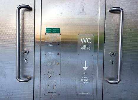 """""""WC:n hintaa nostaa siinä käytettävät ruostumattomat teräsrakenteet sekä julkiselta käymälältä vaadittu invamitoitus"""", kirjattiin Raisiossa vuonna 2016."""