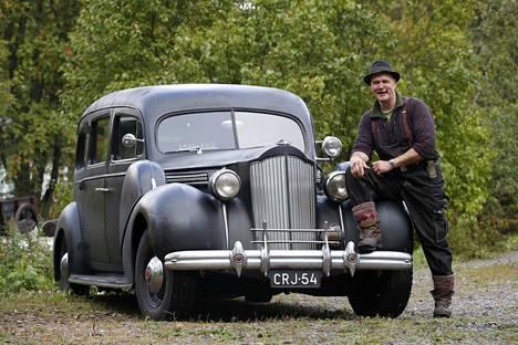 Kankaanpään Niinisalossa asuva Arto Junttila reissasi Amerikasta tuodulla vuoden 1939 Packard-ruumisautollaan ympäri Suomen ja majoittui autossa.