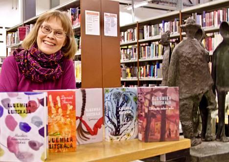 Arja Pikkupeura on suomentanut kuusi Ljudmila Ulitskajan teosta. Meidän tsaarimme väkeä toi Pikkupeuralle Mikaela Agricola -palkinnon. Teos on loppuunmyyty ja kirjastossakin joutuu jonottamaan, mikäli sen lukemaan mielii.