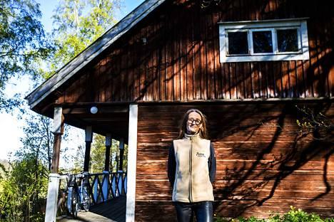 Juristina Saksassa työskentelevä Petra Schulze Steinen osti Rapolan kartanon yhdessä miehensä kanssa vuonna 2016. Kuvan hirsirakennus kuuluu kartanon pihapiiriin.