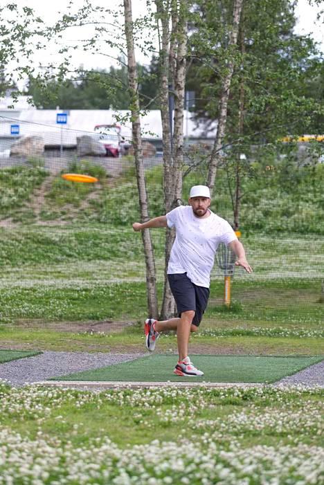 Jussi Meresmaan mukaan frisbeegolf työllistää Suomessa noin 40-50 henkilöä.