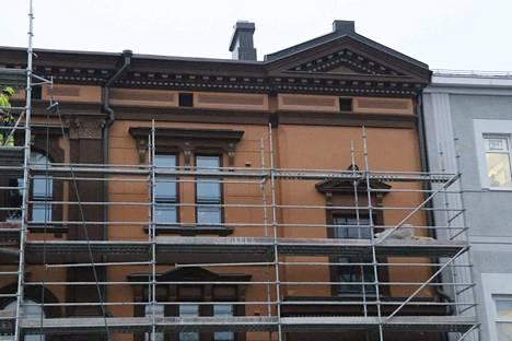Telineiden takaa alkaa paljastua upeasti remontoitu Sandbergin talo Keskustorilla. Tältä näytti kello 14 jälkeen.