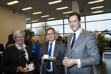 Tampereen kauppakamarin puheenjohtaja Minna Metsälä, pormestari Lauri Lyly ja ulko- ja turvallisuuspolitiikasta vastaava alivaltiosihteeri Kai Sauer tapasivat tilaisuuden kahvitauolla.