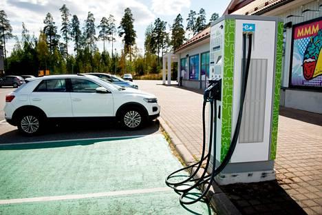 Sähköautojen latauspisteet lisääntyvät, mutta vielä ei osata sanoa, mitä lataus tulee jatkossa maksamaan.
