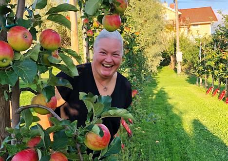 Anna Alm on syntynyt ja kasvanut perheen maatilalla Ahvenanmaan Tjudossa. Omenatarha on hänen vanhempiensa istuttama.