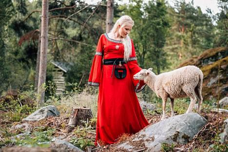 Tamperelaislähtöinen, Nokialla asuva Johanna Valkama on kirjoittanut kolme viikinkiaikaan sijoittuvaa romaania. Sarjan toinen osa, Linnavuoren Tuuli, sijoittuu rautakauden Tampereelle.