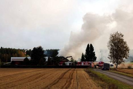 Noin 120 neliön suuruinen omakotitalo tuhoutui rajussa tulipalossa Euraniityntiellä Eurassa keskiviikkona aamulla.