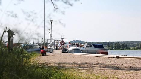 Tankkauspiste tulee rannalta päin katsottuna laiturin oikealle puolelle.