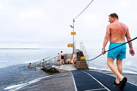 Kari Hellsten on tuttu näky Rauhaniemessä. Tässä hän tepastelee vilvoittavien vetten äärelle helmikuussa 2020.