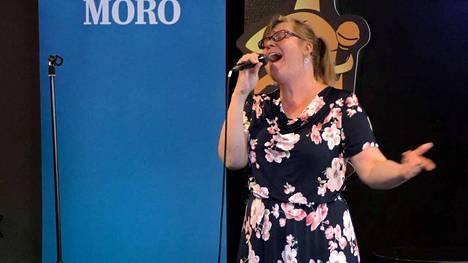 Minna Hiltunen vei yleisöäänet kevään viimeisessä Moro-karaokessa ravintola Tiikerihaissa.